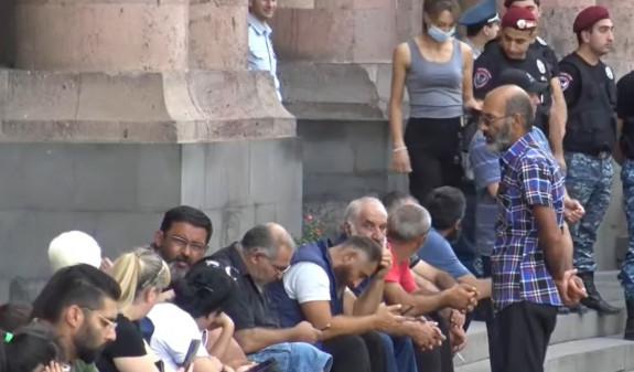 İtkin düşən erməni hərbçilərin yaxınları aksiya keçirir