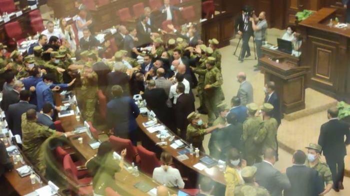 Ermənistan parlamentində dava:  Deputatlar bir-birlərinə butulka atdı -  VİDEO