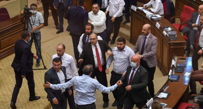 Ermənistanda deputatların iclas zalına telefonla girməsi qadağan edilə bilər