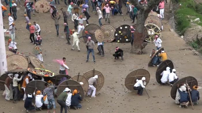 """Hindistanda """"daş atmaq"""" festivalında azı 75 nəfər yaralanıb"""