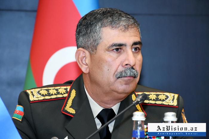 Aserbaidschans Verteidigungsminister spricht der Türkei sein Beileid aus