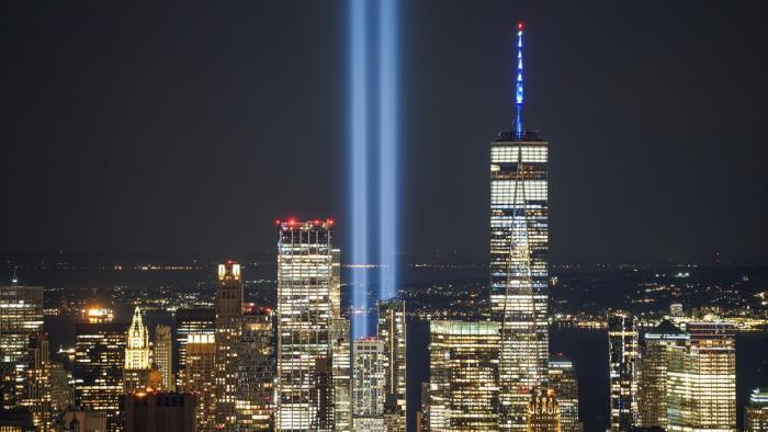 Dos columnas de luz iluminan el cielo de Nueva York en el 20.º aniversario del 11-S