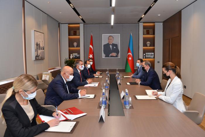 Jeyhun Bayramov recibe al viceministro de Relaciones Exteriores de Turquía