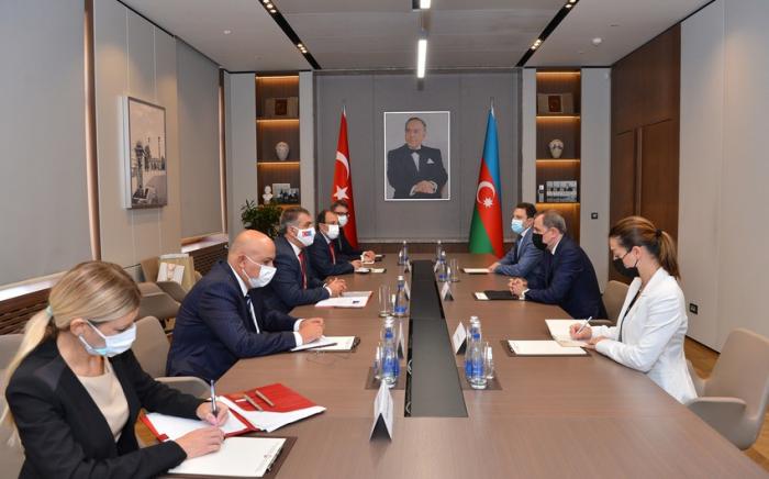 Stellvertretender türkischer Außenminister kommt in Aserbaidschan an