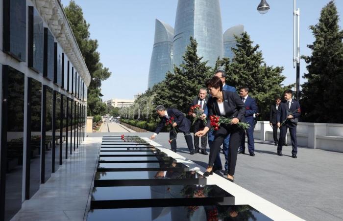 Delegation des kasachischen Parlaments besuchte die Allee der Ehrenbestattung