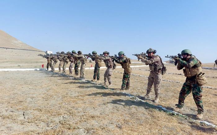 Spezialeinheiten Aserbaidschans, der Türkei und Pakistans feuerten aus verschiedenen Waffen