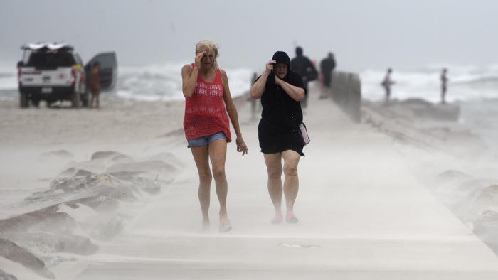 La tormenta Nicholas se fortalece y se convierte en huracán de categoría 1 en su ruta a Texas