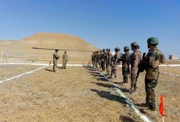 """القوات الخاصة تجري تدريبات على اطلاق النار في التدريب الدولي """"الاخوة الثلاثة - 2021""""   (فيديو)"""