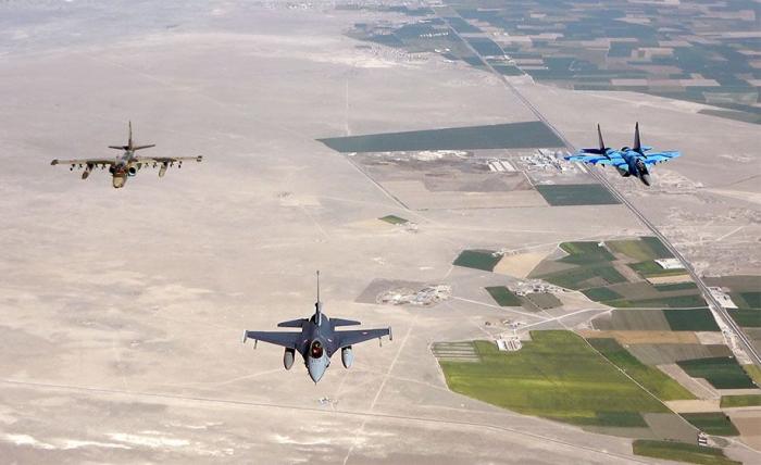 Aserbaidschanische und türkische Militärflugzeuge führen Kampfflüge durch –   VIDEO