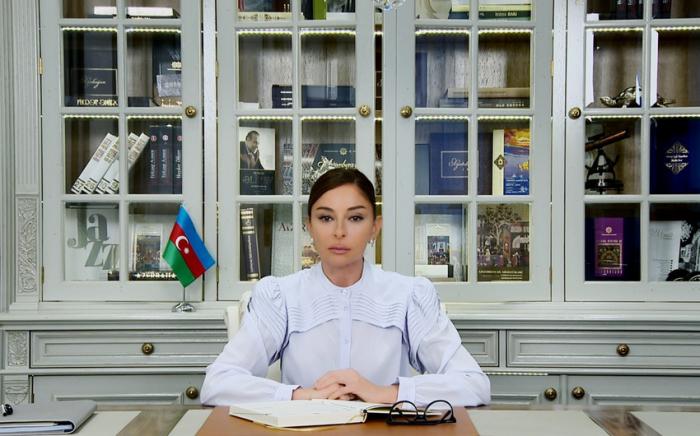 Mehriban Aliyeva gratuliert die Schülern und Studenten