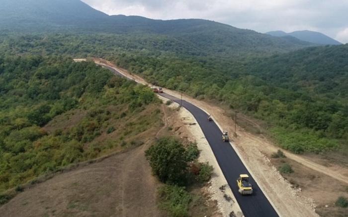 Präsident Ilham Aliyev stellt Mittel für den Bau der Autobahn im Bezirk Udschar bereit