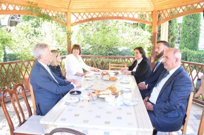 El embajador argentino se familiarizó con las instalaciones de producción en Guba