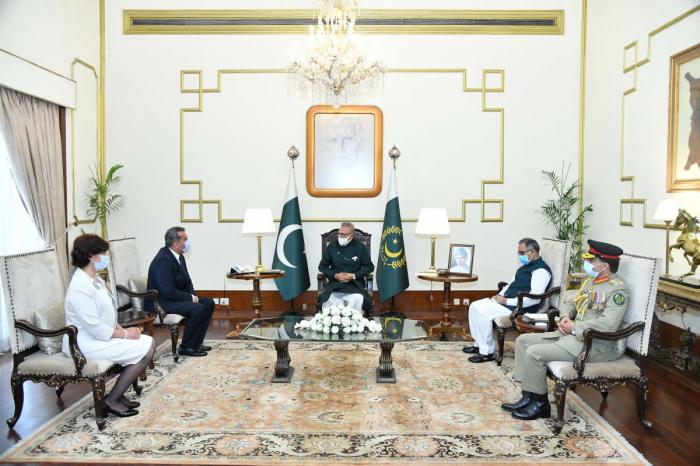 El embajador de Azerbaiyán entrega sus cartas credenciales al presidente de Pakistán
