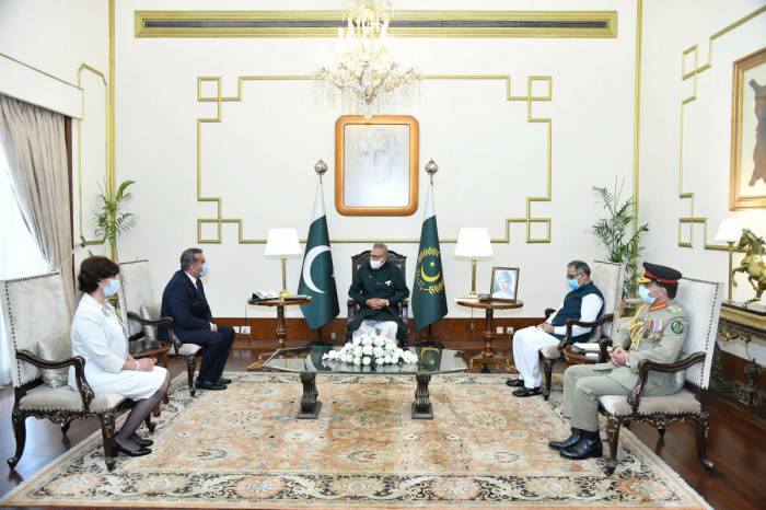 Azerbaijani Ambassador presents his credentials to Pakistani President