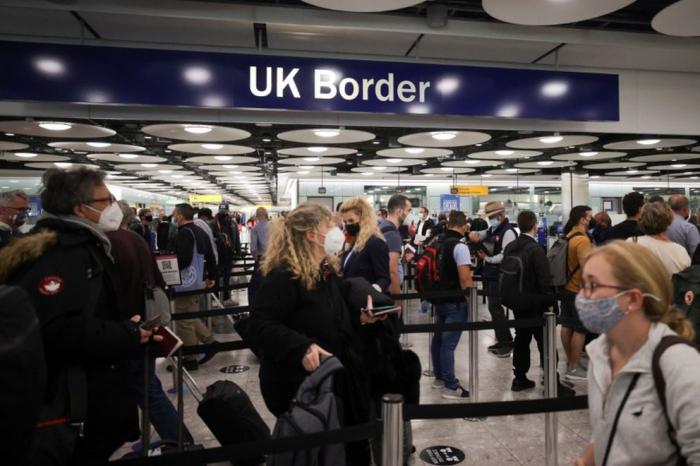 """El Reino Unido dejará de exigir un test previo a los viajeros vacunados contra el COVID-19 y actualizará su """"lista roja"""""""