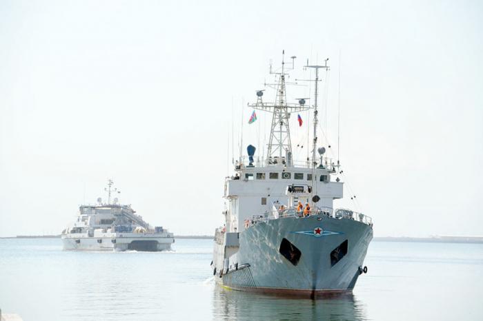 Dos buques de guerra rusos llegan a Bakú