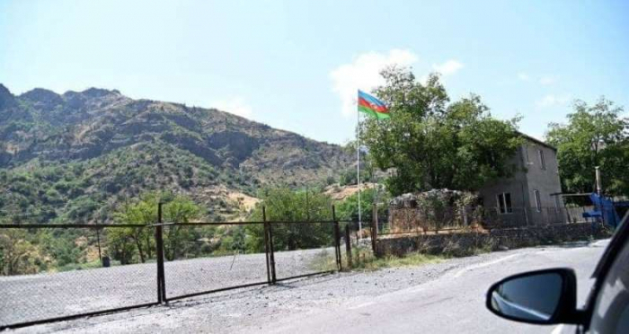 Deux citoyens arméniens traversent l