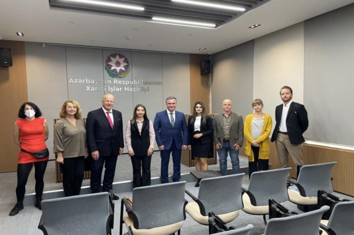 La portavoz de la Cancillería de Azerbaiyán se reunió con los periodistas extranjeros