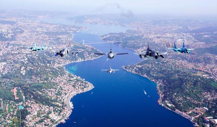 Türkische und aserbaidschanische Jets führen im Rahmen des TEKNOFEST-2021 einen Willkommensflug über den Bosporus durch