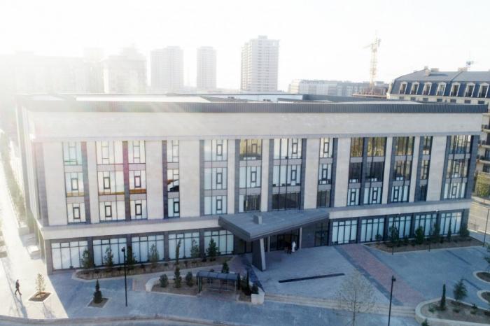 Ilham Aliyev y su esposa en la inauguración del Liceo Europeo de Bakú