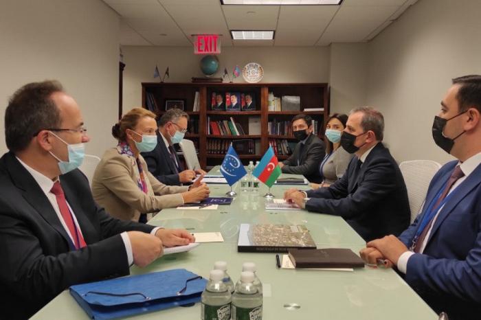 Jeyhun Bayramov se reúne con la Secretaria General del Consejo de Europa