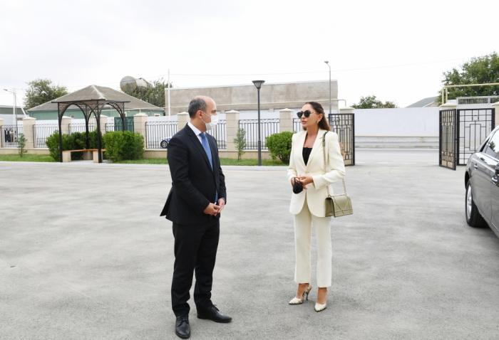 Mehriban Aliyeva visite une nouvelle école dans le bourg de Biné de Bakou