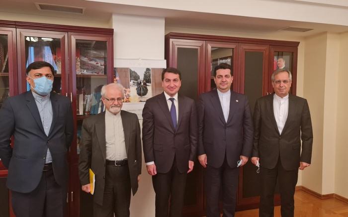 Hikmet Hajiyev se reúne con el viceministro de Relaciones Exteriores de Irán