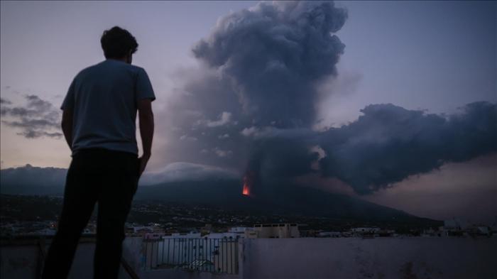Airlines suspend flights after volcanic eruption in Spain