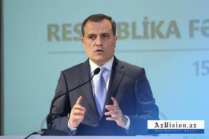 El canciller azerbaiyano conversa con su homólogo francés sobre los daños causados por Armenia