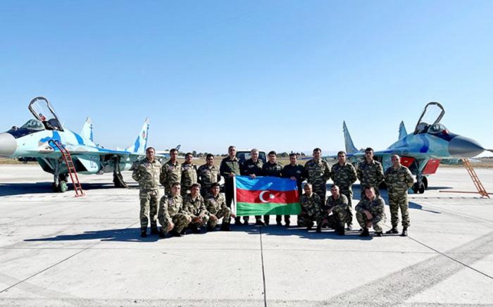 Los pilotos de la Fuerza Aérea de Azerbaiyán realizan vuelo de demostración en Technofest-2021 -  FOTOS