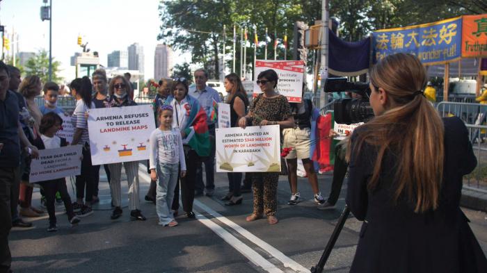Anlässlich des Gedenktages fand vor dem UN-Gebäude eine Kundgebung statt   - FOTO