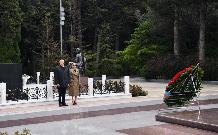 Aserbaidschanischer Präsident und First Lady besuchen das Grab des Staatschefs Heydar Aliyev