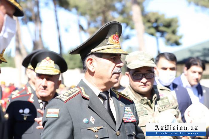 Müdafiə naziri II Fəxri xiyabanı ziyarət edib -  FOTO