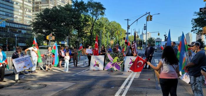 Azərbaycanlılar BMT-nin baş qərargahı önündə aksiya keçirib