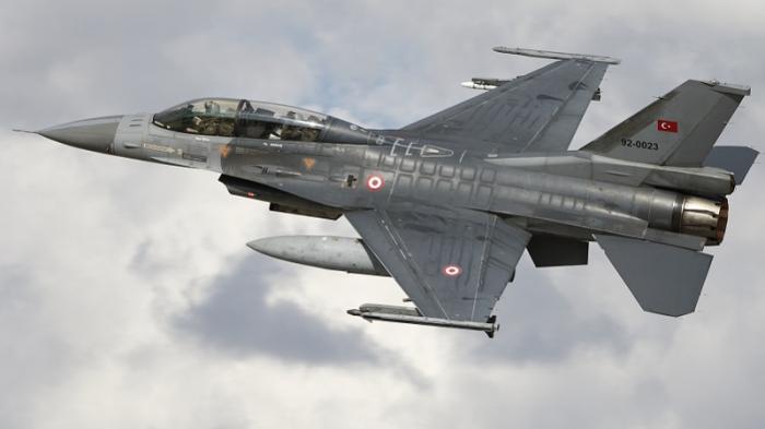 AGNU 76 :  Un F-16 intercepte un avion qui s