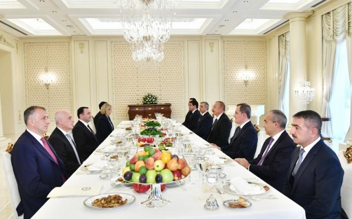 İlham Əliyev və Gürcüstanın Baş naziri işçi nahar ediblər -    FOTO