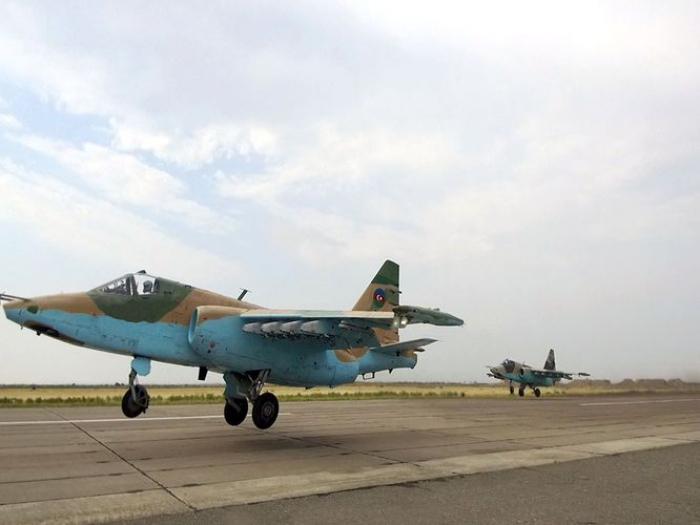 Des combattants turcs et azerbaïdjanais effectuent un vol de salutation au-dessus du Bosphore d