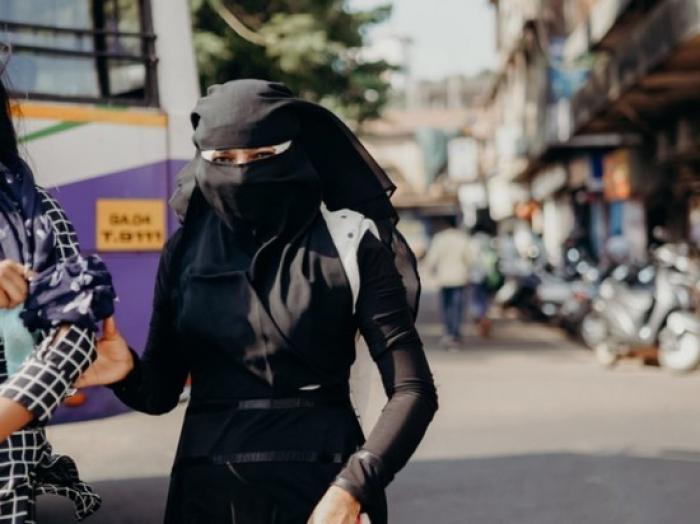Taliban qızlara niqab taxdırmağa başladı