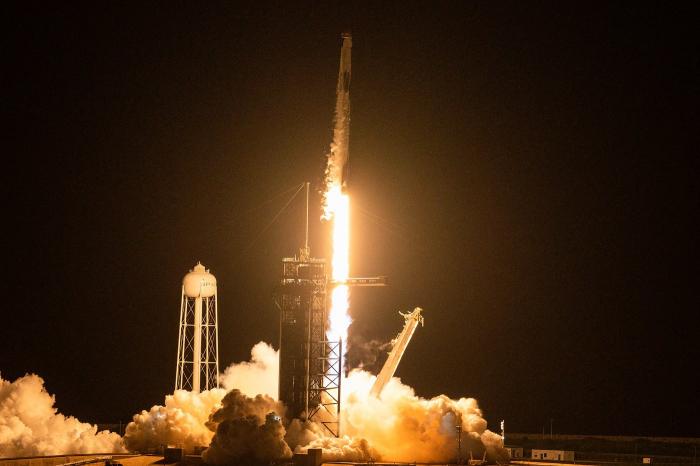 Espace: la fusée SpaceX avec à son bord le premier équipage civil a décollé