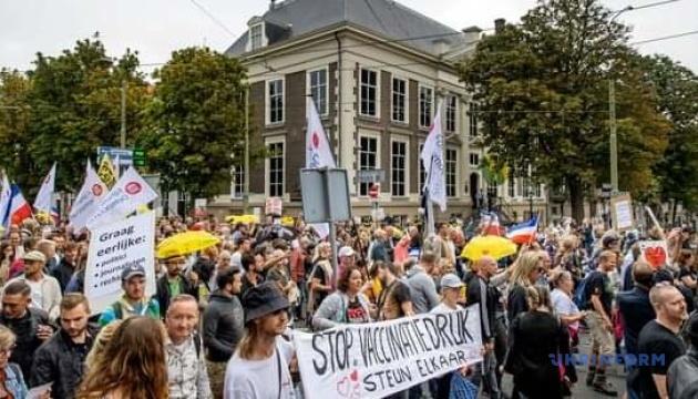 Minlərlə hollandiyalı vaksin pasportunun əleyhinə aksiya keçirib