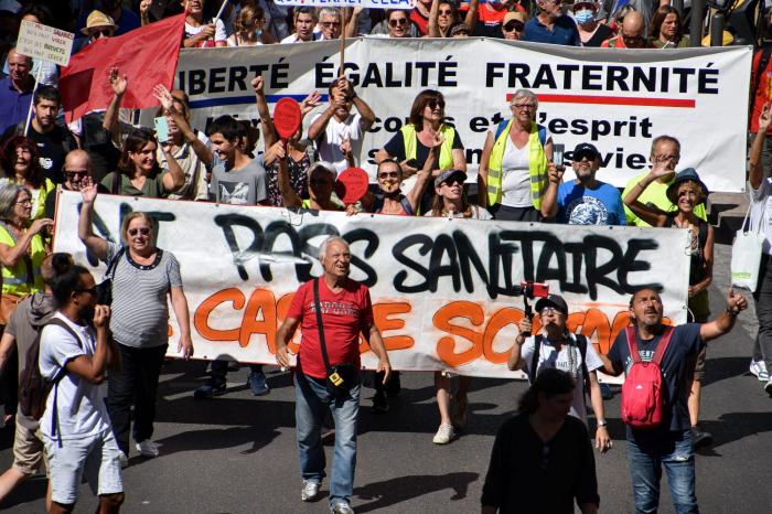Parisdə sanitariya keçidlərinə qarşı aksiya başlayıb
