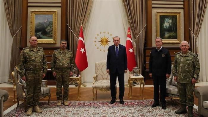 أردوغان يستقبل وزير دفاع أذربيجان ورئيس أركانها