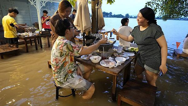 Thai restaurant hit by floods becomes gastronomic Mecca -   NO COMMENT