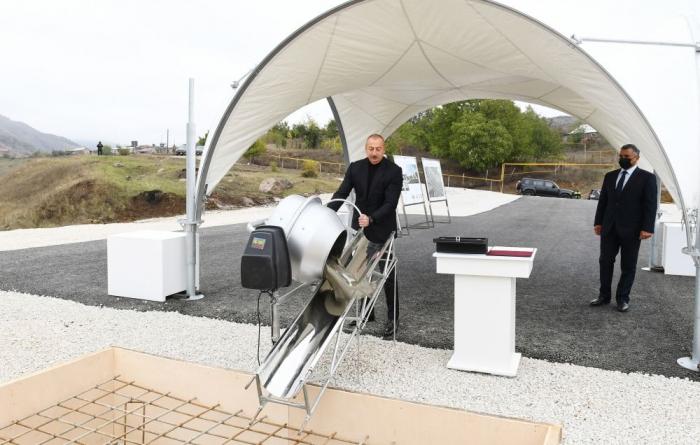 Präsident Ilham Aliyev besucht die Siedlung Hadrut und das Dorf Tugh im Bezirk Chodschavand