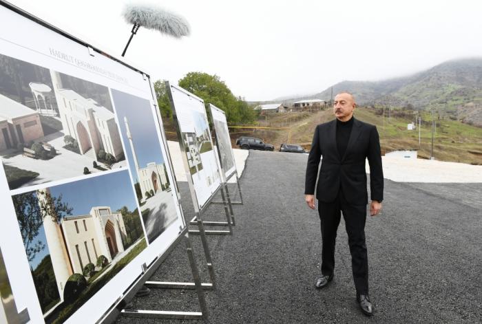 Präsident Aliyev besucht Siedlung Hadrut und Dorf Tug in Chodschavend