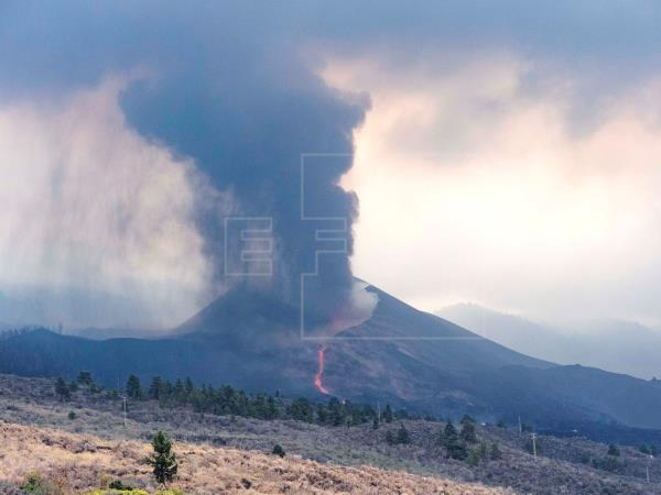 """El volcán arrasa ya 525 hectáreas y provoca una noche """"dura"""" en La Palma"""