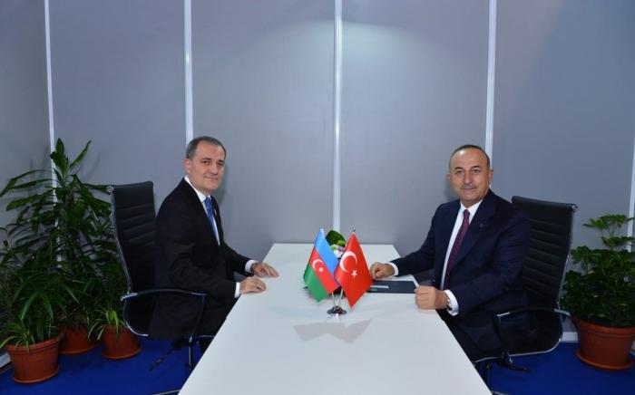 Außenminister von Aserbaidschan und der Türkei treffen sich in Belgrad