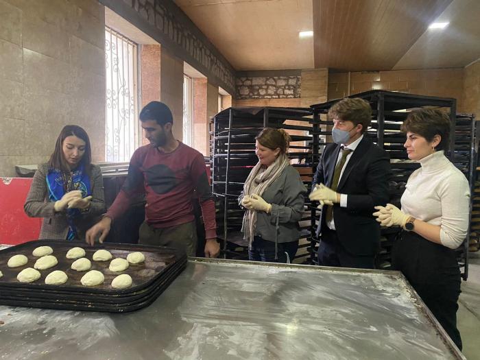 Leyla Abdullayeva backt mit Diplomaten Brot in Schuscha   - FOTOS