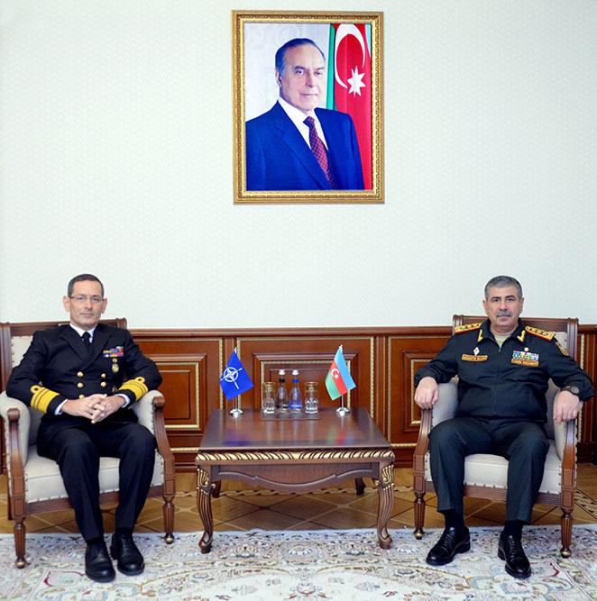 Aserbaidschanischer Verteidigungsminister trifft sich mit NATO-Vertreter