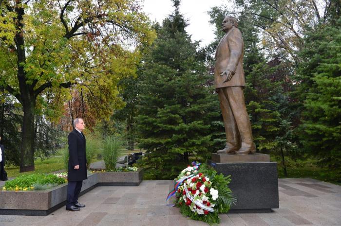 FM Bayramov visits monument to Azerbaijan